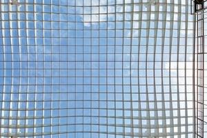 Das quadratische Zentrum wird überdacht von einem Glasflachdach, das möglichst frei in 26m Höhe horizontal über der eigentlichen Gebäudestruktur schweben sollte