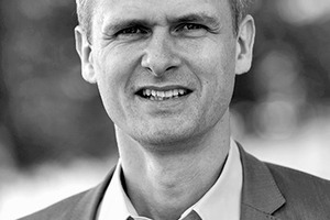 """<div class=""""autor_linie""""></div> <div class=""""dachzeile"""">Autor</div> <div class=""""autor_linie""""></div> <div class=""""fliesstext_vita""""><span class=""""ueberschrift_hervorgehoben"""">Peter Bachmann </span>ist Gründer und Geschäftsführer des Sentinel Haus Instituts in Freiburg im Breisgau. Entstanden aus einem von der Deutschen Bundesstiftung Umwelt geförderten Forschungsprojekt, hat das Unternehmen gemeinsam mit zahlreichen Experten in den letzten Jahren ein wissenschaftlich fundiertes Konzept für das sichere, gesündere Bauen und Sanieren für alle Lebensbereiche entwickelt und erfolgreich in die gebaute Praxis umgesetzt. </div> <div class=""""autor_linie""""></div> <div class=""""fliesstext_vita"""">Informationen: www.sentinel-haus.eu</div>"""