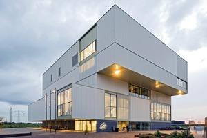 In dem kompakten Neubau sind mehrere Funktionen übereinander gestapelt.