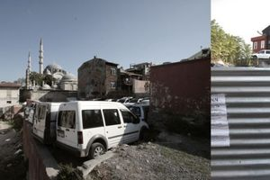 Autoverkehr, hier ruhend und zugleich wagemutig abgestellt auf den Trümmern alter Häuser im Herzen Istanbuls.