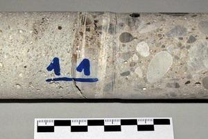 Bild4: Bohrkern mit deutlich sichtbarer Schichtgrenze zwischen Instandsetzungsmörtel und Bestandsbeton
