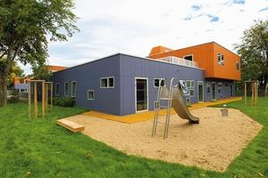 Die Fassade wurde mit großformatigen, nicht brennbaren Faserzementfafeln aus der Serie Equitone Pictura in verschiedenen Formaten gestaltet. Auch bei den Deckenuntersichten kamen die gleichen orangefarbenen Fassadentafeln zum Einsatz<br />