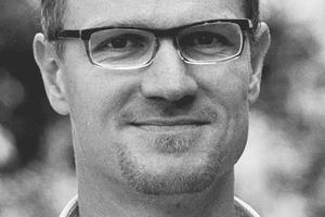 """<div class=""""autor_linie""""></div><div class=""""dachzeile"""">Autor</div><div class=""""autor_linie""""></div><div class=""""fliesstext_vita""""><span class=""""ueberschrift_hervorgehoben"""">Sören Fuchs</span> arbeitete während und nach seinem Studium zum Diplom-Bauingenieur für ein Ingenieurbüro mit Schwerpunkt im Mobilfunkanlagenbau. </div><div class=""""fliesstext_vita"""">Seit 2007 ist er bei der Saint-Gobain Isover G+H AG tätig. Nach seinem Start in der Anwendungstechnik wechselte er 2008 in das Produktmanagement von Isover und ist seitdem zuständig für die Dämmstoffanwendungen an der Außenwand und für die noch recht neue Hochleistungsdämmstoffsparte VacuPad 007.</div><div class=""""autor_linie""""></div><div class=""""fliesstext_vita"""">Informationen: <span class=""""ueberschrift_hervorgehoben"""">www.isover.de</span></div>"""