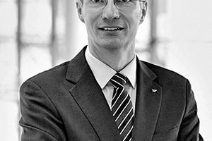 """<div class=""""autor_linie""""></div><div class=""""dachzeile"""">Autoren</div><div class=""""autor_linie""""></div><div class=""""fliesstext_vita""""><span class=""""ueberschrift_hervorgehoben"""">Christian Glatte</span> ist Leiter der Software-Entwicklung bei der Schüco Service GmbH Bielefeld.</div><div class=""""fliesstext_vita"""">Die Entwicklung von CAD-Anwendungen rund um die Schüco Systeme ist seit seinem Einstieg bei Schüco Service im Jahr 1989 eines seiner Schwerpunktthemen. Er ist verantwortlich für die Entwicklung der Schüco Software für Architekten, Planer und vor allem für Metallbau-Partnerfirmen weltweit. BIM-kompatible Daten und Software spielen dabei seit Jahren eine zunehmend wichtigere Rolle. Seit 2008 vertritt Christian Glatte das Unternehmen Schüco im buildingSMART e.V.</div><div class=""""fliesstext_vita""""></div>"""