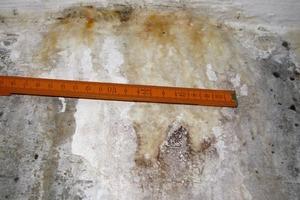 Bild 2: Schadensbild an der Außenwand der Tiefgarage im Detail
