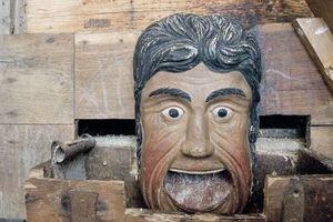 Diese bunt bemalte Schnitzerei in einer Mühle zeigt, wie viele Gewerke zusammenarbeiten müssen, wenn es darum geht, Holz in der Denkmalpflege zu erhalten.