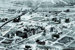 Rotterdam: Das gesamte zerstörte Gebiet wurde im Mai 1940 umstandslos enteignet, um die Voraussetzungen zu schaffen für die Planung einer neuen Stadt. Bis Ende 1942 wurde die gesamte technische Infrastruktur erneuert, neue Straßen angelegt und neue Brücken (Quelle: Gemeentearchief Rotterdam)