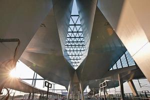 Jedes Rautendach ist aufgrund der leichten Neigung des gesamten Bahnhofsdaches individuell und weicht in seiner Konstruktion von den anderen ab