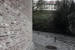 """Blick unter dem Volumenvorsprung hindurch zum """"Mehlsack"""", einem der vielen Türme in Ravensburg"""