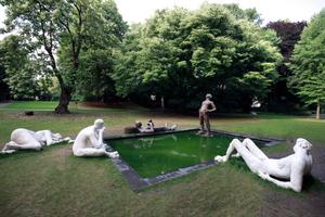 """Idylle oder lieber doch nicht: die """"Sketch for a Fountain"""" von Nicole Eisenmann ist bukolische Szenerie und irgendwie auch gefährliche Ruhe vor dem Sturm"""
