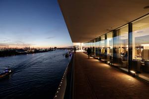 Plaza am Abend zum Hafen hin