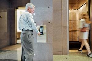 Mit Hilfe einer Identifikationskarte erkennt das System einzelne Fahrgäste und eignet sich deren Nutzungsgewohnheiten an