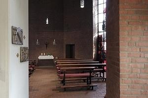 Der offene Grundriss wird u. a. durch die Konchen mit Kreuzstation gegliedert