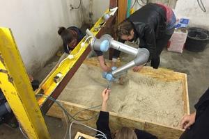Abb. 9: Experimentelle Herstellung einer Freiform-Sandschalung mit einem UR5 Roboter