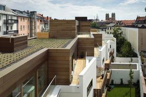 Unabhängig von der Größe der Wohnung hat der Architekt die Individualräume in den Osten, Wohn- und Essräume sowie die außergewöhnlich geräumigen Balkone in den Westen platziert. Auf Grund des trapezförmigen Grundstücks springt der Baukörper im Westen sägezahnartig zurück. Dadurch sind Wohnungen bis zu 15m tief<br />
