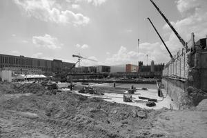 Zuerst das Schloss (hier die Baugrube 2013), dann die Baukultur (oben drüber im Hintergrund)