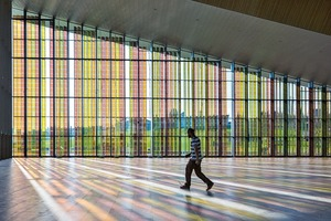 Ein Teil der Foyerverglasung sollte in Farbe ausgeführt weden. Catherine Bolle, eine Schweizer Künstlerin, wurde gebeten, ein Farbkonzept zu entwickeln