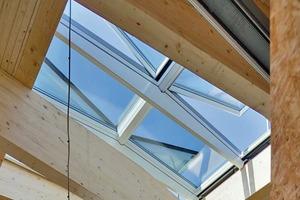 """<p><span class=""""ueberschrift_hervorgehoben"""">Das modulare Oberlichtsystem versorgt die Wohnhalle mit Tageslicht und Himmelsblick</span></p>"""