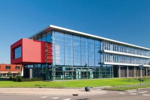 """<div class=""""14.6 Bildunterschrift"""">Die Doppelfassade des Verwaltungsgebäudes moduliert den Winddruck auf die innere Fassade in einem Grad, der es ermöglicht, das Gebäude – trotz seiner Tiefe und klimatischen Bedingungen mit hohen Windgeschwindigkeiten – natürlich zu lüften</div>"""