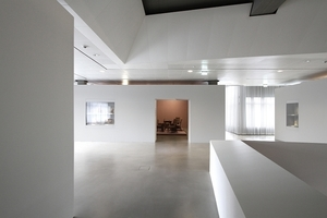 Tageslicht von unterschiedlicher Intensität wird mittels gesondert beleuchteten Einbauten vor den Ausstellungsobjekten restriktiv konservatorisch behandelt (hier Jugendstilabteilung)