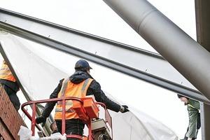 Die Folienkissen schließen an den um 20mm überstehenden Stegblechen der einzelnen Flügelträger an. Dadurch bildet sich auf den Trägern eine Rinne aus, die das ablaufende Wasser zum Rinnenträger ableitet