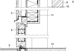 Eingangsdetail, M 1: 15 Legende Eingangsbereich<br />&nbsp;<br />&nbsp;<br />1 Wärmedämmung, Mineralwolle<br />2 Holzfaserplatte<br />3 Außenverkleidung, Lärche<br />4 Außentür<br />5 Bodenwanne mit integrierter Ablauföffnung<br />6 Schwellenprofil, thermisch getrennt<br />7 Deckenaufbau:<br /> Linoleum, inkl. Ausgleichspachtelmasse<br /> Zementestrich als Heizestrich<br /> MF-Trittschalldämmung<br /> trockene Schüttung<br /> Deckenplatte, OSB<br />8 Randträger, BSH<br />9 Akustikdecke<br />10&nbsp;&nbsp;&nbsp; BSH-Stütze, Ansicht<br />11&nbsp;&nbsp;&nbsp; Innenverkleidung, OSB<br />12&nbsp;&nbsp;&nbsp; Fussbodenaufbau:<br /> Linoleum, inkl. Ausgleichspachtelmasse<br /> Zementestrich als Heizestrich<br /> Wärmedämmung, EPS<br /> Trittschalldämmung, EPS<br /> Abdichtung, Bitumendickbeschichtung<br /> Fundamentplatte, Stahlbeton<br /><br /><br /><br />&nbsp;<br />