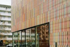 Der Kopfbau mit Kasse, Cafeteria und Buchshop im Erdgeschoss nimmt die Höhe des gegenüberliegenden Wohnhauses von Sepp Ruf auf<br /><br />