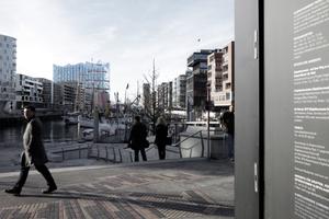 Blick von den Magelan-Terrassen auf das Konzerthaus. Rechts im Anschnitt der Elbphilharmonie-Pavillon, in dem das 1:10 Modell des Großen Saals zu bewundern war, mit dessen Hilfe der Akustiker den Saal gestimmt hat. Was aus dem Pavillon ab Februar 2017 wird ist noch offen