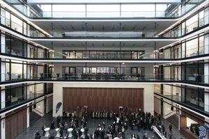 """Foyereleganz a la gmp: Hanseatische Nobless im Ruhrpott, warum nicht? Dem vortragenden Kunibert Wachten, Aachen, ist es zu glatt geraten. Aber ein schönes Zeichen dafür, dass die Stadt Gelsenkirchen """"die Lufthoheit über das städtebauliche Planen sichtbar übernommen"""" hat"""