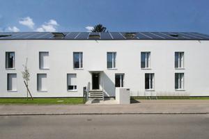 Das Sobek-Projekt orientiert sich an der Kubatur des Bestandsgebäudes; durch die Anhebung des Daches wurde im Dachgeschoss Raum für drei zusätzliche Wohnungen geschaffen