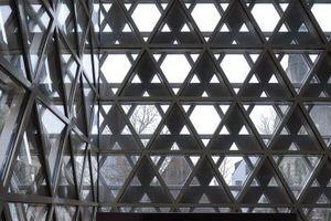 Das Schwörhaus hinter dem Synagogenfenster.