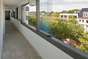 """<div class=""""10.6 Bildunterschrift"""">Das rahmenlose Schiebe-Dreh-System SL 25 in Glas-Faltwänden und Balkonverglasungen sorgt für einen wertvollen Schutz vor Lärm, Schmutz und Feuchtigkeit. Ebenso wird die Gesamt-Energiebilanz verbessert, sowie die Be- und Entlüftung über die offenen Fugen gegeben ist </div>"""