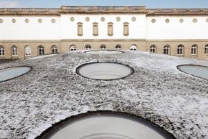 links: Der Hubbel vor dem Gartenflügel des Städel. Oben: Blick in die Gartenhallen (Aufbau Hängung)<br />