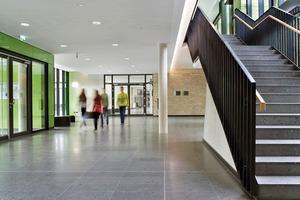 Das Foyer dient als Verteiler in den Neubau und die Magistrale, die wiederum die Altbauten miteinander verbindet