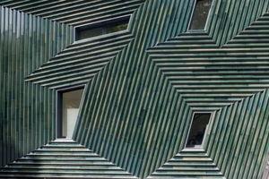 Der Gewinner des Deutschen Fassadenpreises für VHF 2011 - Manuel Herz mit der Keramikfassade des jüdischen Gemeindezentrums Mainz