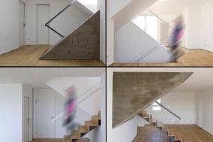 """<div class=""""10.6 Bildunterschrift"""">Die Chambord-Treppe ist nicht als runde Doppelhelix ausgeführt, sondern als ineinandergesteckte diagonale Kuben. Sie ist bis zur Hälfte als filigrane, wangenlose Freitreppe angelegt. Der Treppenraum der einen Wohnung zeigt sich als weiß gestrichene Skulptur in der anderen Wohnung. Ist der Kubus in der roten und blauen Wohnung verputzt und gestrichen, so ragt er im grünen Maisonette mit einer groben, lasierten Betonfläche hervor</div>"""
