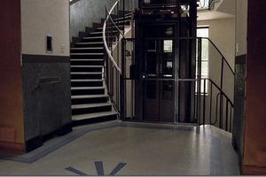 Treppenhaus. Links auf der Wand im rechteckigen Kasten der Schalter, mit welchem die Karussellfahrt in Zeitlupentempo gestartet wird.<br />