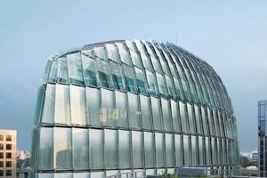 Die Gitterroste zwischen Gebäude und Glashülle dienen dem Sonnenschutz und bieten Zugangsmöglichkeiten für Gebäudereiniger und Feuerwehr<br />