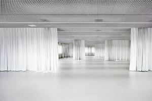 Weiß ist den öffentlichen Ebenen (EG, Aula, Bibliothek) und den Unterrichts- und Büroflächen (4.–7. Obergeschoss) vorbehalten. Als visuelle und akustische Zonierung fungieren raumhohe Vorhänge