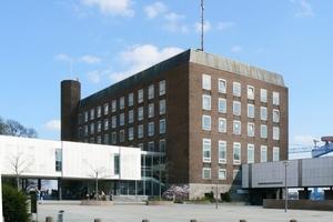 Kieler Schloss, 1944 zerstört, bundesweiter Architektenwettbewerb 1957 (Gewinner: Sprotte und Neve, Hamburg). Der einigermaßen unbeschädigte Westflügel des Pelli-Baus wurde saniert, alle übrigen Teile abgebrochen, eine später vielfach kritisierte Lösung, die aber zumindest die markante städtebauliche Dominanz des alten Schlosses wahrte. Einweihung im Mai 1965, Privatisierung 2003.