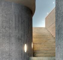 """Eine Wendeltreppe, die alle Geschosse miteinander verbindet und Farb- und Materialkontraste zelebriert führt bis ins Dach, in den """"Denkraum""""<br />"""