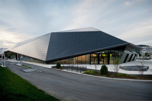 Umwelt Arena, Spreitenbach: Das große, scharfkantig gefaltete Dach ist mit Photovoltaik überzogen.