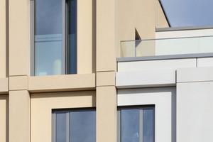 Die Fassade besteht aus einer Pfosten-/Riegelkonstruktion, deren Gefache mit Faserbetonelementen verfüllt wurden. Die Wiederholungsrate der Fertigteile ist sehr gering