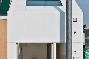 Die Raumskulptur öffnet sich nach oben immer weiter, ausgehend von der Garage/Atelier zum Wohnbereich mit Atriumsgarten über die Küche bis zu dem Schlafbereich
