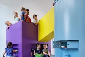 kadawittfeldarchitektur hat nicht nur die Räume, sondern auch Spiellandschaften entworfen, die den Farbkanon der Fassade aufgreifen
