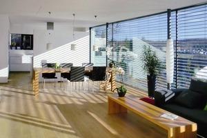 Eine hochwertige Verglasung und ein außenliegender beweglicher Sonnenschutz schützt den Wohnbereich vor Überhitzung<br />