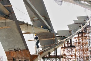 Die Nutzung neuer Gestaltungs- und Simulationstechniken, das Know-How der örtlichen Schiffsbaufirmen über Verformung von massiven Stahlplatten, sowie die Verwendung von mehr als 40000t Stahl ermöglichen Spannweiten von über 85m und Auskragungen von 40m