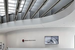 Links: Die Glaselemente der Decke im Leica Museum benötigten eine Zulassung im Einzelfall