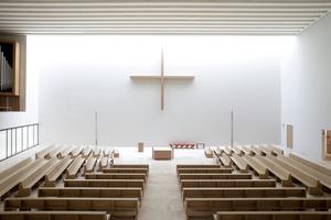 Blick von der Empore in den Kirchenraum. Links der Dritte Verkündigungsort, die Orgel, rechts die Öffnung in die Werktagskapelle