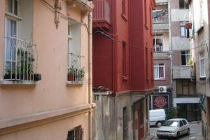 Markantes Rot - die Fassade des Museums der Unschuld in Çukurçuma/Istanbul